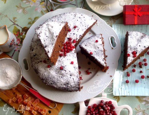 Шоколадно-медовый пирог с брусникой