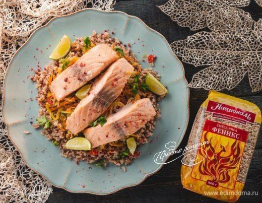 Запеченный лосось со смесью бурого и красного риса