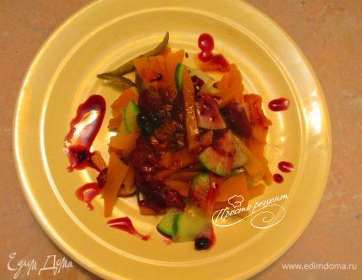 Теплый тыквенный салат с клюквенным соусом и сливами
