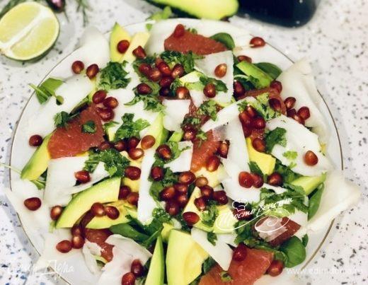 Салат с авокадо и грейпфрутом под соусом с кинзой и соком лайма