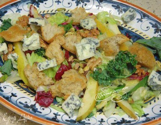 Зеленый салат с орехами, горгонзолой и грушей