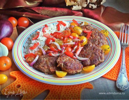 Котлеты с беконом, салатом и рисом