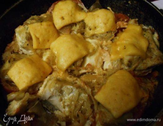 Помидоры, запеченые с филе трески, сыром и яйцом