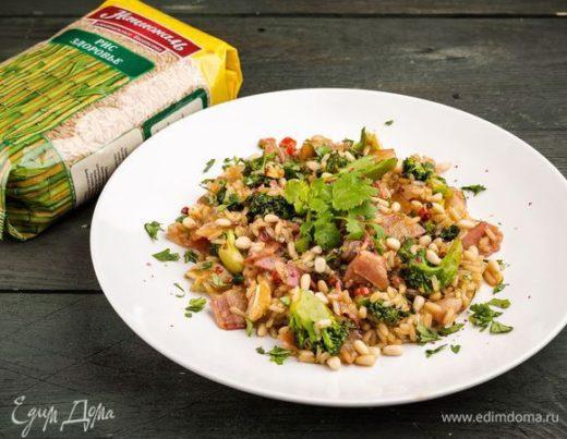 Теплый салат из бурого риса с брокколи
