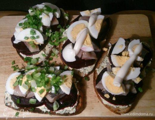 Закусочные тосты с сельдью и печеной свеклой