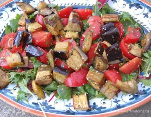 Японский салат с запеченными баклажанами и помидорами