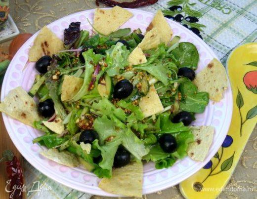 Салат из зелени с оливками