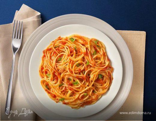 Спагетти с помидорами и свежим базиликом