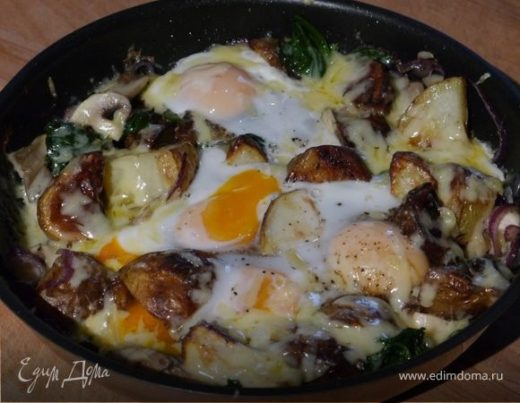Яйца, запеченные с картофелем, грибами и шпинатом