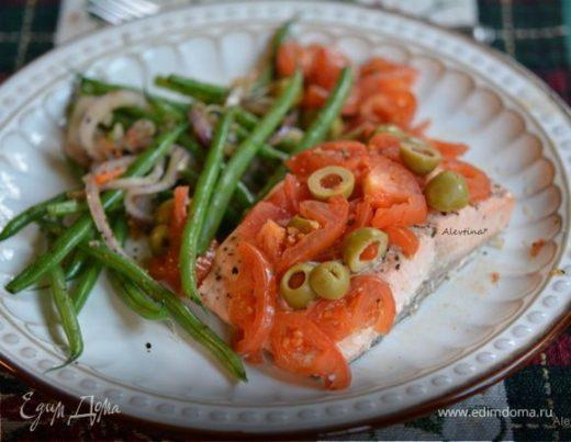 Семга под томатами и зелеными оливками