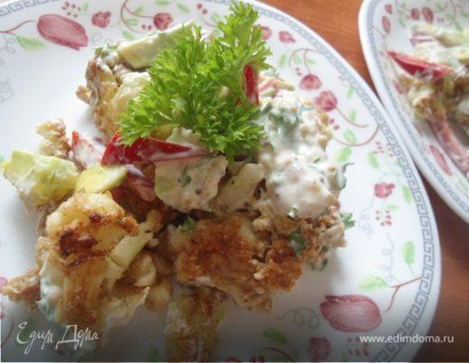 Теплый салат из авокадо, цветной капусты c горчичной заправкой