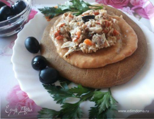 Фасолевый паштет и салат с тунцом на ржаной лепешке