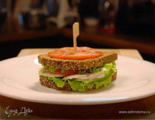Сэндвич с отварным куриным филе и овощами