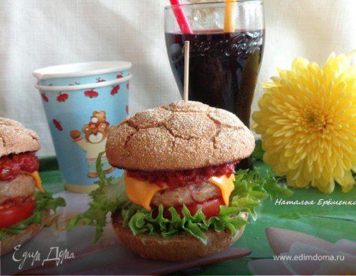 Домашний чизбургер с соусом барбекю