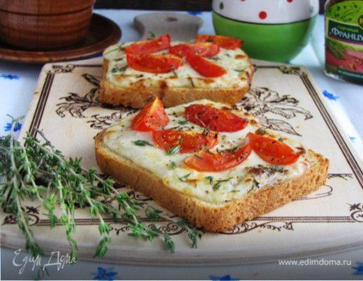 Тосты с сырным соусом и помидорами черри