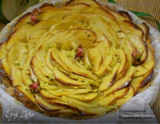 Яблочный пирог с марципаном