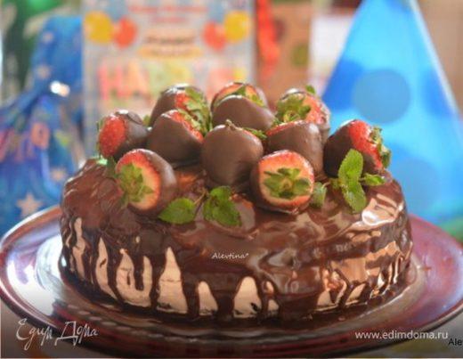 Торт шоколадный с клубникой в шоколаде