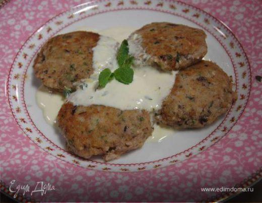 Мятные сырники с маслинами и сметанным соусом