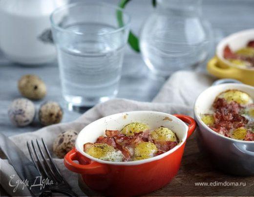 Запеченные перепелиные яйца с помидорами и беконом