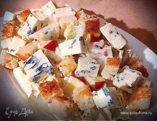 Салат с яблоком, пекинской капустой и сыром Рокфор