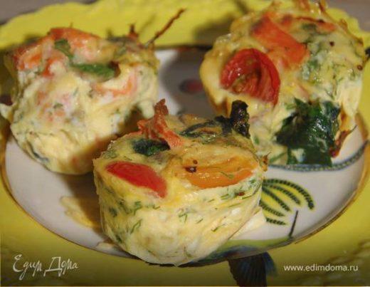Мини-киши со шпинатом, копченой рыбой и помидорами