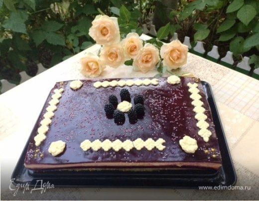 Торт-пирожное с клубникой и смородиной