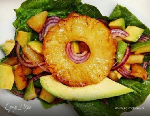 Салат с авокадо, ананасом и красным луком