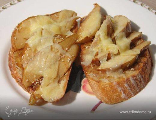 Тосты с инжирным вареньем, запеченными грушами и сыром