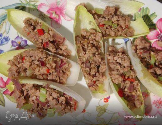 Пряное мясо на листьях цикория