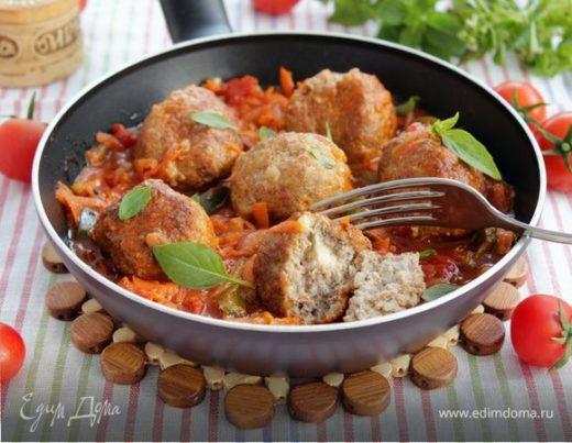 Тефтели с моцареллой в томатно-овощном соусе