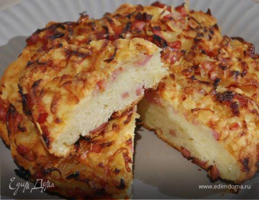Быстрый пирог с ветчиной, луком и сыром